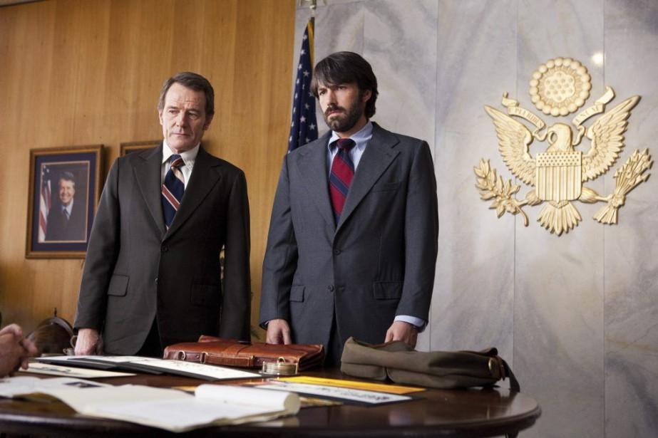 Bryan Cranston et Ben Affleck dans Argo.... (PHOTO FOURNIE PAR WARNER BROS.)