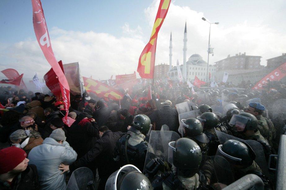 La gendarmerie turque a dispersé à l'aide de canons à eau et de gaz lacrymogènes des centaines de manifestants qui tentaient de pénétrer au palais de justice où ont lieu les plaidoiries dans la cause de 275 personnes accusées d'avoir comploté pour renverser le gouvernement islamiste. | 19 février 2013