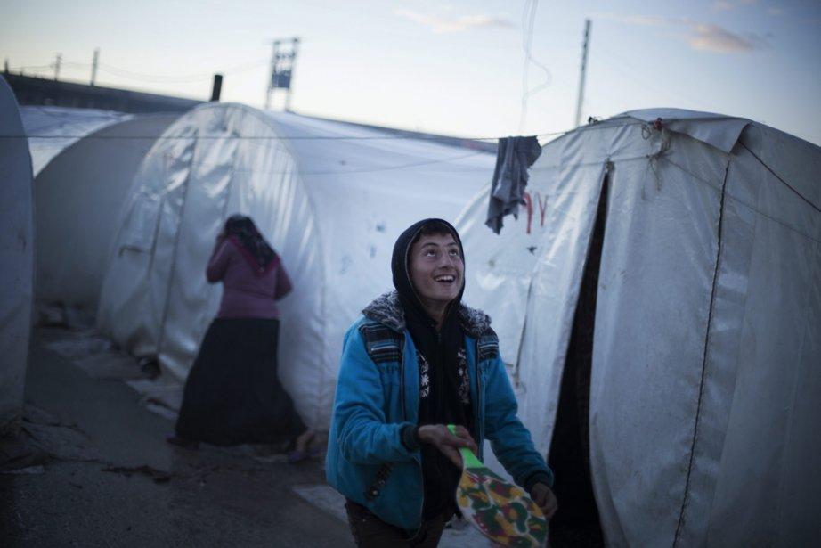 Une Syrienne joue avec une raquette dans un camp de réfugiés près d'Azzaz, dans le nord de la province d'Alep. Dans les dernières semaines, les frappes aériennes ont fait passer de 6000 à 9000 le nombre de personnes déplacées en Syrie. | 19 février 2013