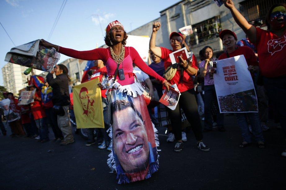 Des partisans du président du Venezuela, Hugo Chavez, manifestent leur joie devant l'hôpital militaire où il a été admis après son retour surprise de Cuba, où le socialiste de 58 ans a passé plus de deux mois pour soigner un cancer. On ne l'avait ni vu ni entendu depuis, jusqu'à ce que des photos de lui soient publiées vendredi. | 19 février 2013
