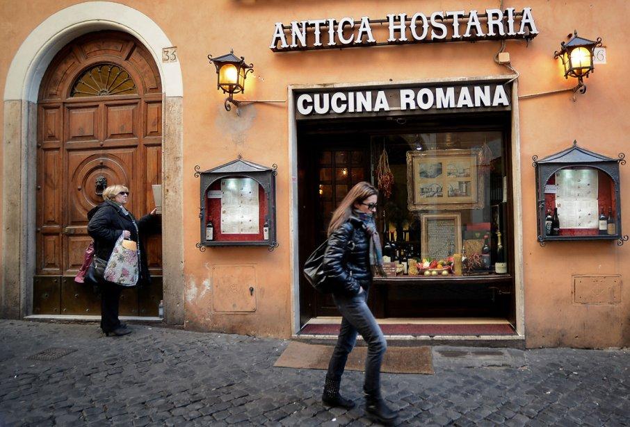 Une femme devant un restaurant au centre-ville de Rome. L'économie et les coûts sociaux des mesures d'austérité sont à l'avant-plan des préoccupations des Italiens, à quelque jours d'un scrutin dont l'issue est plus qu'incertaine.. | 19 février 2013