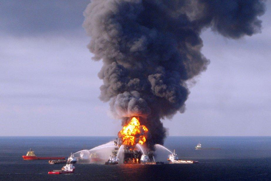 L'explosion de Deepwater Horizon le 20 avril 2010... (PHOTO ARCHIVES AFP)