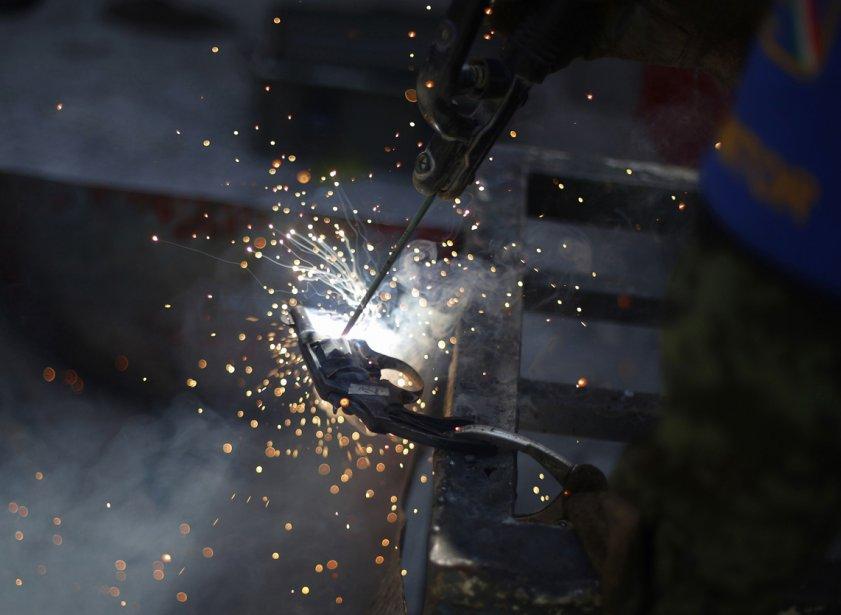 Un soldat détruit à l'aide d'une torche une arme que... | 2013-02-19 00:00:00.000