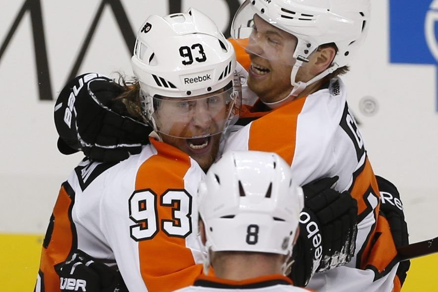 Claude Giroux (28) et Nicklas Grossmann (8) félicitent... (PHOTO JASON COHN, REUTERS)