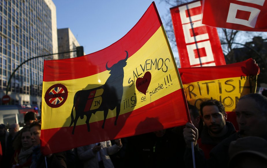 Des employés d'Iberia Airlines brandissent une bannière où l'on peut lire: «Sauvons Iberia, oui, c'est possible!» lors d'une manifestation devant le siège social de l'entreprise, au troisième jour d'une grève d'une semaine. Les salariés ont prévu trois grèves de cinq jours en février et mars pour protester contre les réductions de personnel et de salaire imposées par l'entreprise déficitaire. | 21 février 2013