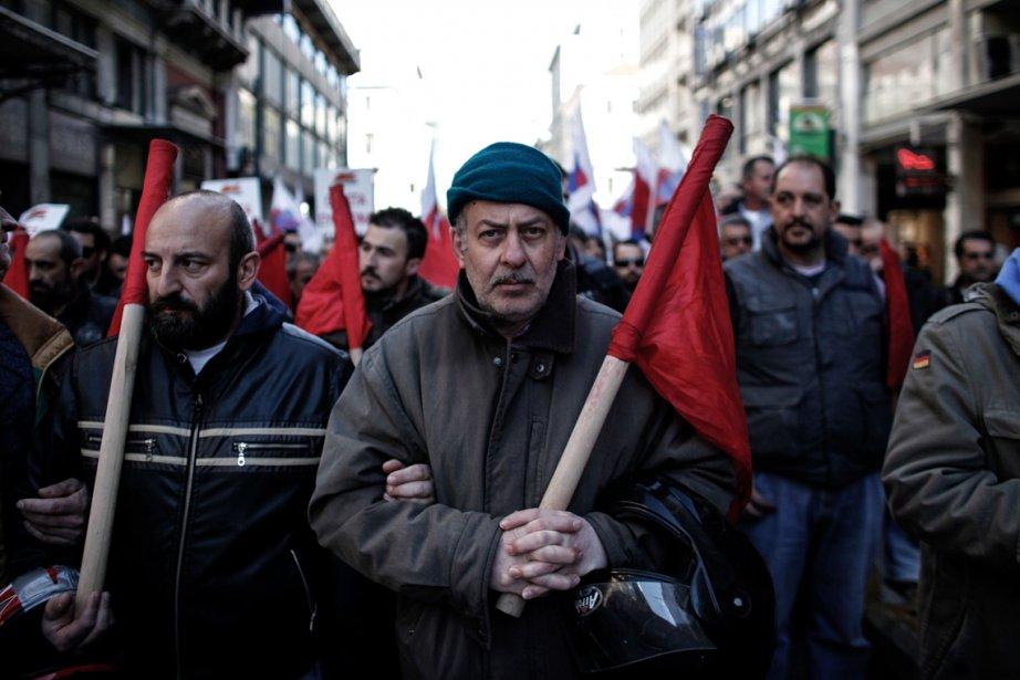 Les membres d'un syndicat communiste manifestent à Athènes contre les mesures d'austérité. Une autre grève a perturbé les aéroports, les ferries et les services hospitaliers, à la veille d'une nouvelle évaluation de la situation économique du pays par les créanciers. | 21 février 2013