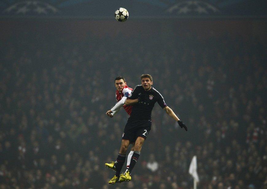 Thomas Muller, du Bayern Munich (à droite), et Thomas Vermaelen, d'Arsenal, se disputent le ballon lors d'un match de la Ligue des champions à Londres. | 21 février 2013