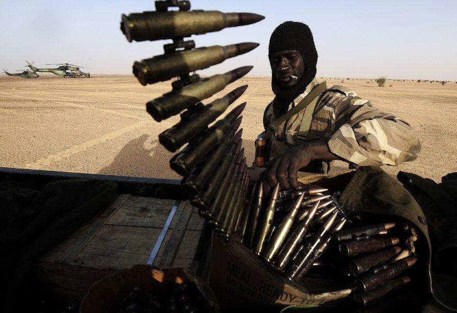 Un soldat de l'armée malienne prépare des munitions avant une patrouille dans le nord du Mali. | 21 février 2013