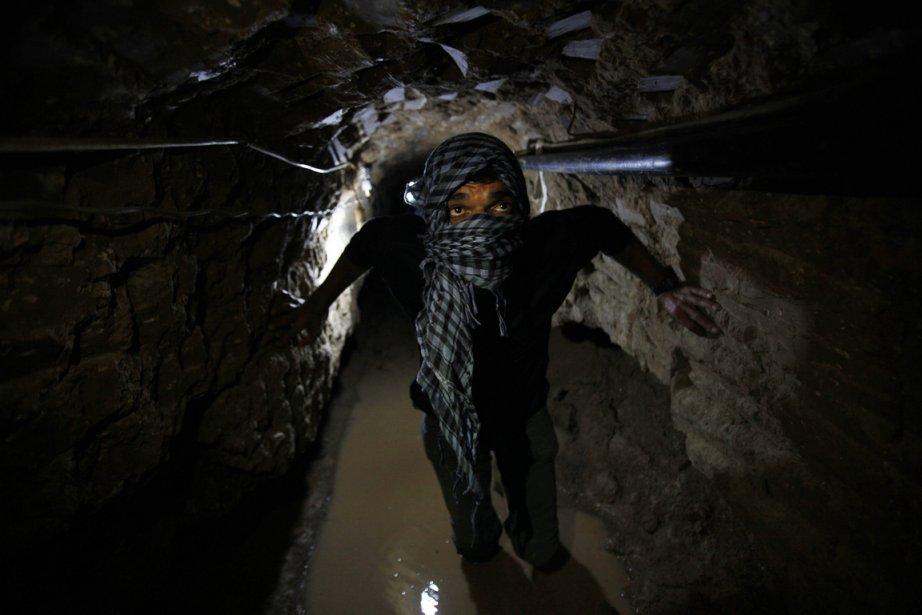 Un contrebandier palestinien au travail dans un tunnel sous la frontière entre la bande de Gaza et l'Égypte. | 21 février 2013