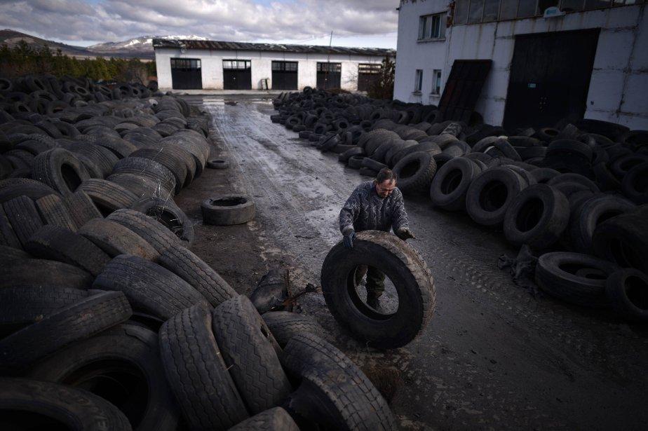 Un ouvrier au travail dans une usine de recyclage de pneus en Bulgarie. | 21 février 2013