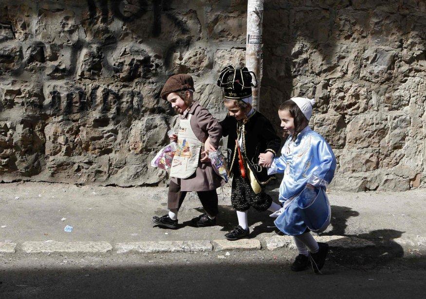 De jeunes israéliens en costume traditionnel à l'occasion de la fête religieuse du Pourim, à Jérusalem. | 21 février 2013