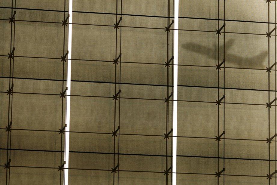 Décollage d'un avion vu de l'intérieur de l'aéroport Pablo Ruiz Picasso, à Malaga. | 21 février 2013