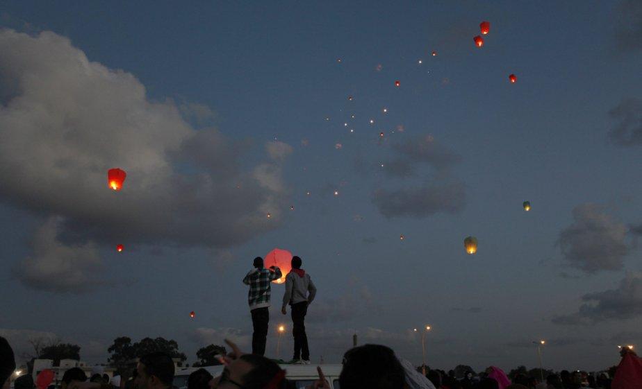 Des Libyens lâchent des lanternes lors d'une cérémonie marquant le deuxième anniversaire de la chute du régime de Mouammar Kadhafi, à Benghazi. | 21 février 2013