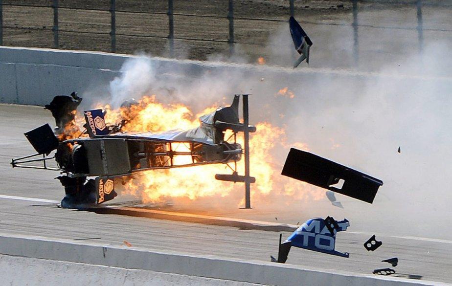 Le véhicule d'Antron Brown explose lors d'une course d'accélération à Pomona, en Californie. Brown s'en est tiré avec quelques blessures et brûlures mineures. | 21 février 2013