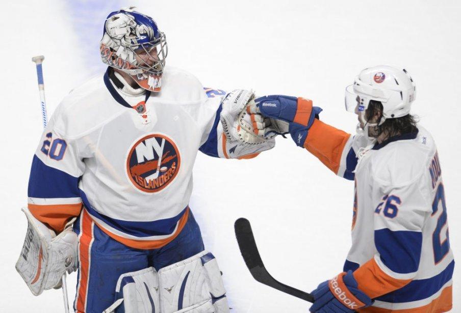 Evgeni Nabokov et Matt Moulson se félicitent à la suite de la victoire des Islanders en temps supplémentaire. (PHOTO BERNARD BRAULT, LA PRESSE)