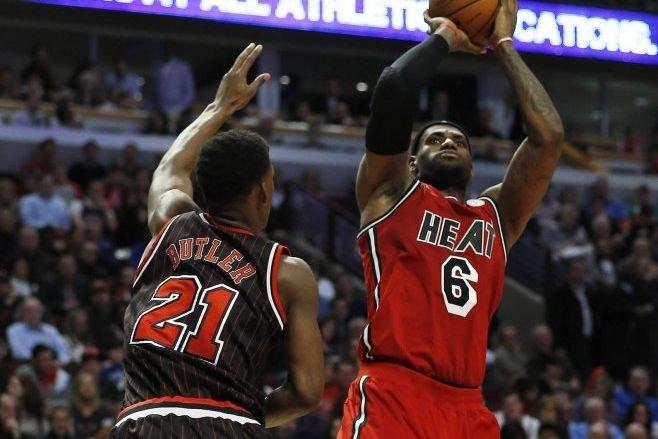 LeBron James lance le ballon devant Jimmy Butler.... (Photo Jim Young, Reuters)
