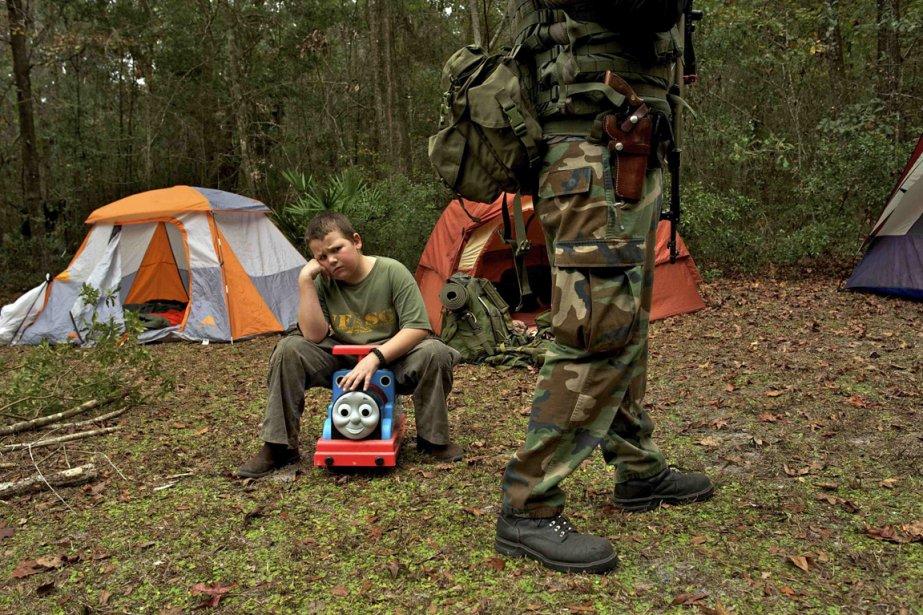 Un jeune membre du North Florida Survival Group boude sur un jouet, déçu d'apprendre que sa soeur ainée fût choisie pour transporter l'arme à feu de son choix. | 22 février 2013