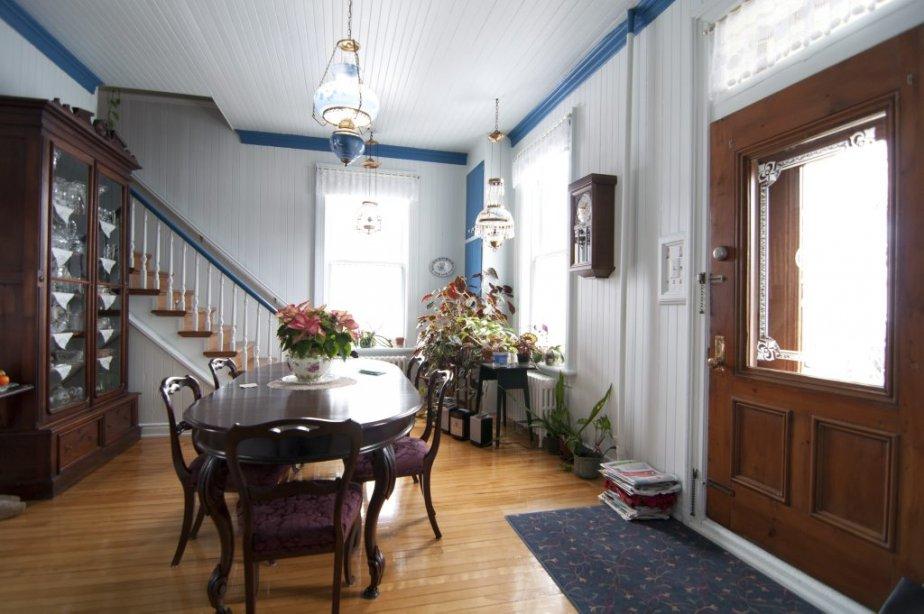 La cuisine donnant sur la galerie. L'escalier secondaire mène aux deux anciennes chambres des domestiques construites en retrait des cinq autres chambres. | 22 février 2013