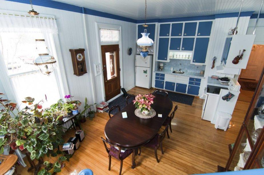 La cuisine est aménagée sous un haut plafond, à l'arrière de l'habitation, près du stationmment des visiteurs. | 22 février 2013