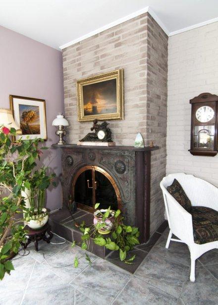 Réal-Maurice Beauregard a ajouté ce foyer que l'on trouve dans une salle de séjour plus récente que le corps du bâtiment principal. | 22 février 2013