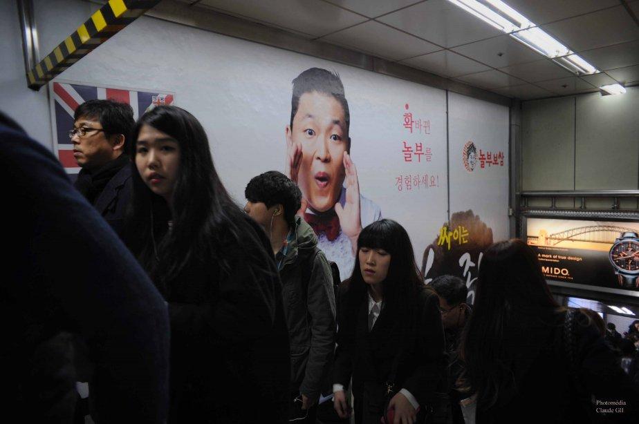 Une publicité de Psy dans le métro de Séoul. (Photo: Claude Gill)