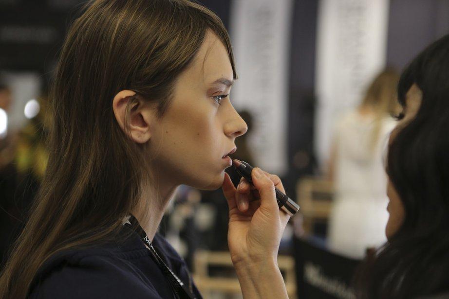 Le maquillage, étape cruciale avant le défilé. (PHOTO MARTIN CHAMBERLAND, LA PRESSE)