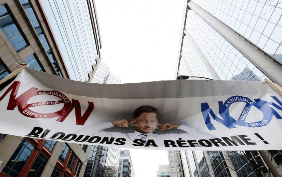 Une centaine de travailleurs ont manifesté dans les rues d'Ottawa  samedi matin pour dénoncer les réformes de l'assurance-emploi. Certains politiciens se sont joints à eux, dont Nycole Turmel du NPD et Mauril Bélanger du Parti libéral. | 23 février 2013
