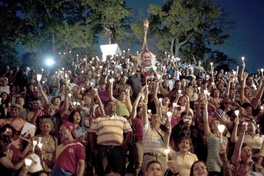Des centaines de Vénézuéliens ont participé à une vigile à la chandelle, vendredi soir, en l'honneur du président Hugo Chavez, priant pour leur leader qui se trouve toujours dans un hôpital où il est soigné pour un cancer. | 23 février 2013