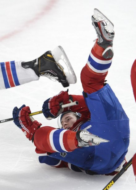 Brendan Gallagher tombe lors d'un contact avec un adversaire. (PHOTO BERNARD BRAULT, LA PRESSE)