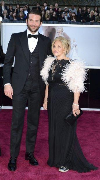 Bradley Cooper, en lice pour l'Oscar du meilleur acteur, avec sa cavalière | 24 février 2013