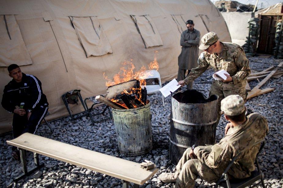 Un soldat de la 3e compagnie, 3e Bataillon, 1re Division blindée, brûle des documents contenant de l'information classifiée au poste de Strong Point Haji Rahmuddin II, dans la province de Kandahar en Afghanistan. | 25 février 2013