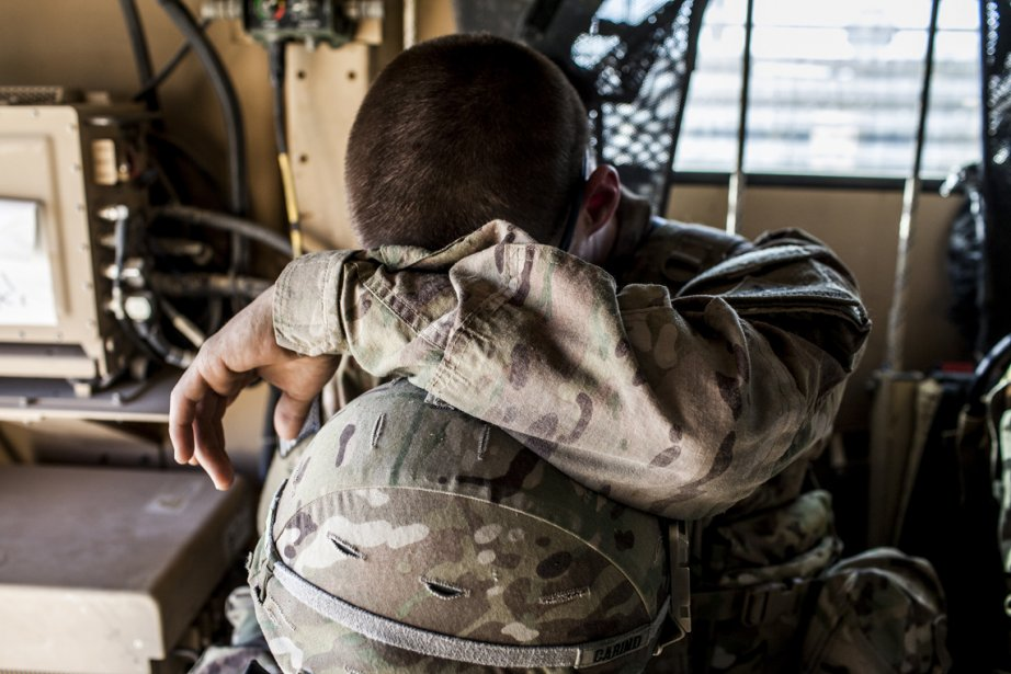 Caporal John Carino de la 3e compagnie, 3e Bataillon, 1re Division blindée, se repose avant d'embarquer sur un convoi partant du Forward Operating Base Pasab. | 25 février 2013