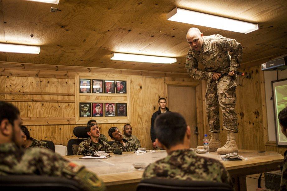 Un médecin du 3e Bataillon, 1re Division blindée, montre comment appliquer un garrot à un groupe de soldats au Forward Operating Base Pasab, dans la province de Kandahar, en Afghanistan. | 25 février 2013