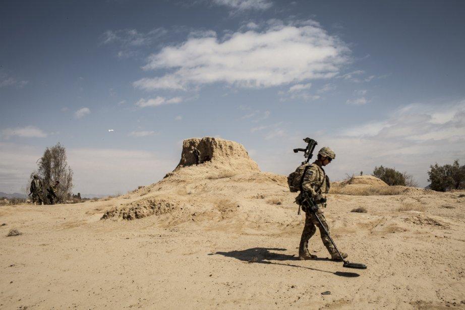 Un soldat américain de la 3e compagnie, 3e Bataillon, 1re Division blindée, cherche pour des engins explosifs improvisés lors d'une patrouille du village de Layadira, en Afghanistan. | 25 février 2013