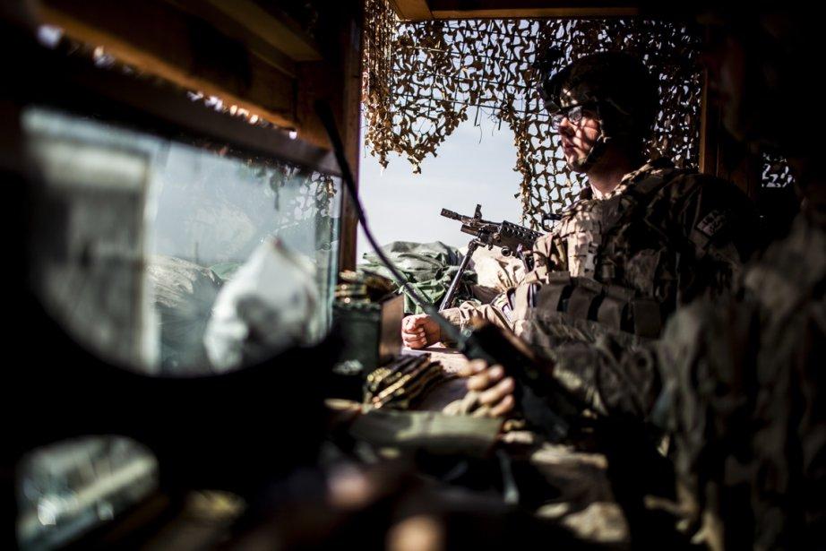 Un soldat américain de la 3e compagnie, 3e Bataillon, 1re Division blindée, prend garde dans le Tower One au poste de Strong Point Haji Rahmuddin II dans la province de Kandahar en Afghanistan. | 25 février 2013