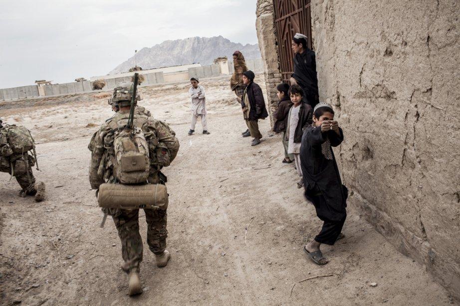 Patrouille du village de Malanay par les soldats américains de la 3e compagnie, 3e Bataillon, 1re Division blindée. | 25 février 2013