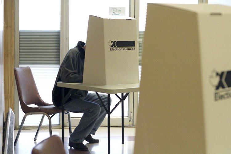Un homme vote lors des élections du 2... (Photo: PC)
