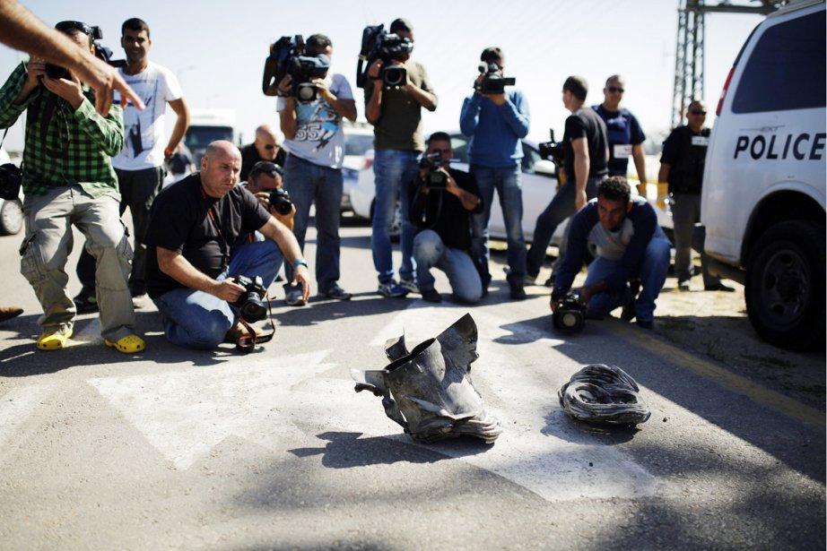 Des photographes et des caméramans israéliens s'agglutinent autour... (PHOTO AMIR COHEN, REUTERS)