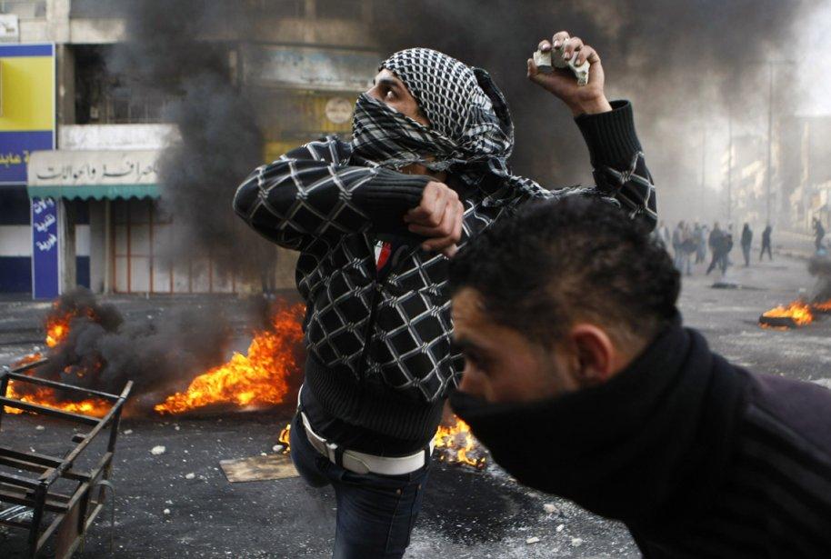 Un manifestant palestinien lance des roches lors d'affrontements avec des soldats israéliens dans la ville d'Hébron, après les funérailles du prisonnier palestinien Arafat Jaradat. | 26 février 2013