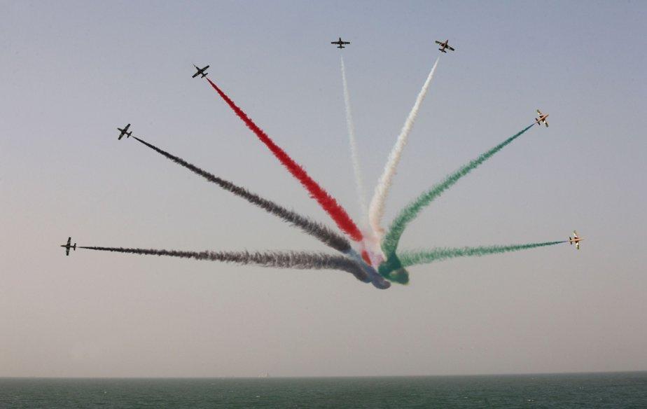 Les Hawks, l'équipe acrobatique aérienne des Émirats arabes unis, en vol lors d'une cérémonie militaire au Koweït marquant la 52eme journée d'indépendance et le 22e anniversaire de la fin de la guerre du Golfe. | 26 février 2013