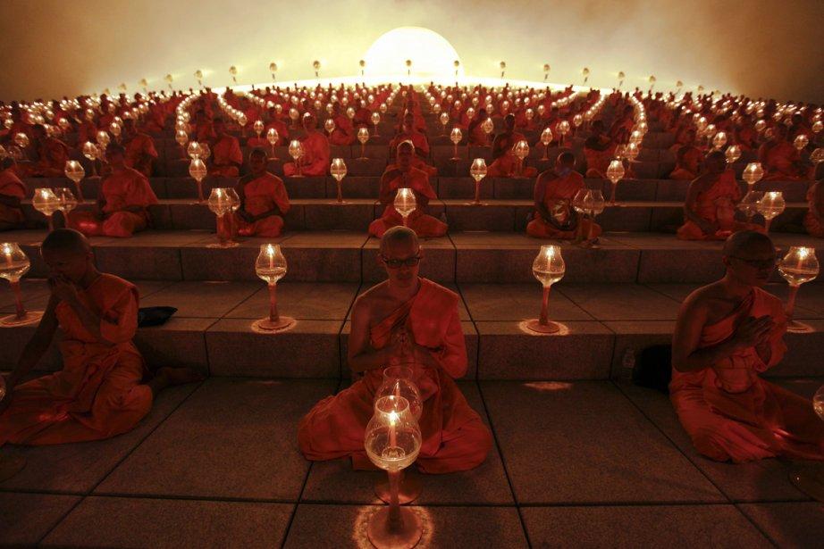 Des moines bouddhistes prient au temple Wat Phra Dhammakaya dans la province de Pathum Thani, au nord de Bangkok, lors de la journée du Makha Bucha. | 26 février 2013