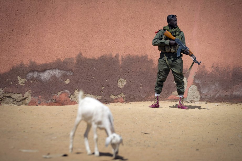 Un soldat de l'armée malienne, Sekou Bolly, est armé de son AK-47 lors d'une patrouille de Gao, au nord de Bamako, au Mali. | 26 février 2013
