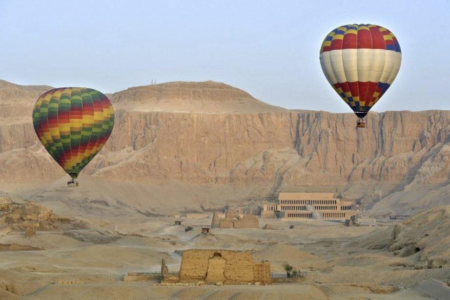 Des montgolfières géantes passent au-dessus du temple Hatchepsout... (Photo: Bruno Calendini, AFP)