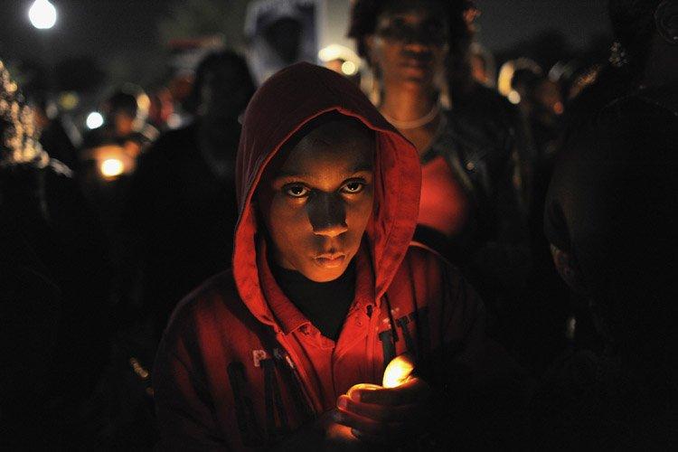 Des manifestants ont enfilé une veste à capuche,... (Photo: Reuters)