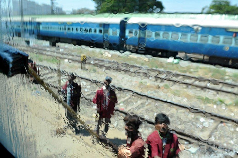 Des travailleurs indiens nettoient un train à la station ferroviaire de Bangalore, alors que le ministre Pawan Kumar Bansal a annoncé son budget ferroviaire au Parlement. | 27 février 2013