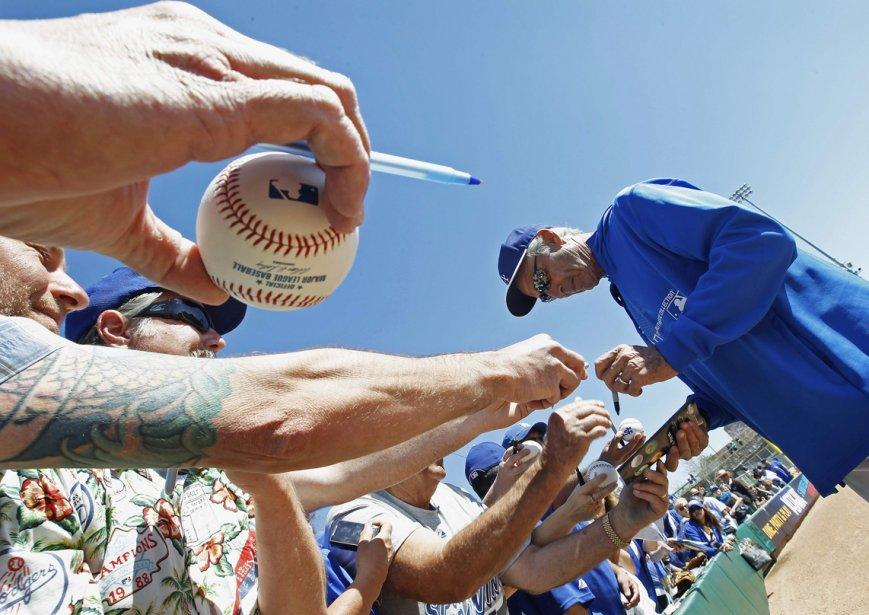 Le lanceur Sandy Koufax des Dodgers de Los Angeles signe des autographes avant le début du match d'entraînement de la ligue des Cactus contre les Giants de San Francisco à Glendale, en  Arizona. | 27 février 2013