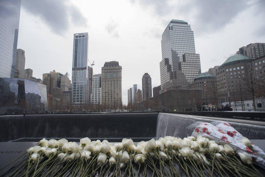 Roses blanches déposées en mémoire des victimes de l'attentat de 1993 au World Trade Center à l'occasion du 20e anniversaire du drame, à New York. | 27 février 2013