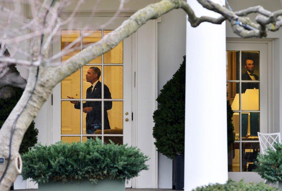 Barack Obama dans le bureau Ovale alors qu'il s'apprête à quitter la Maison-Blanche pour Newport News, en Virginie. Il doit se rendre dans un chantier maritime en déclin pour y prononcer un discours sur les effets catastrophiques que pourraient avoir les coupes budgétaires imminentes. | 27 février 2013