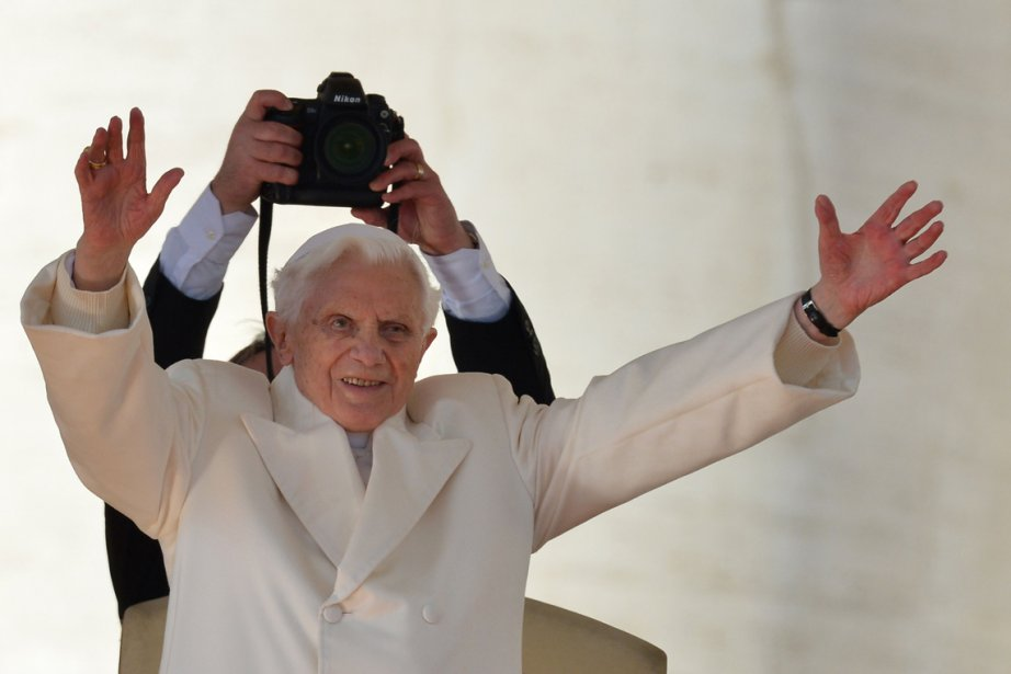 Le pape Benoît XVI salue la foule de l'autel aménagé place Saint-Pierre, où il a tenu sa dernière audience avant sa renonciation définitive au pontificat. | 28 février 2013