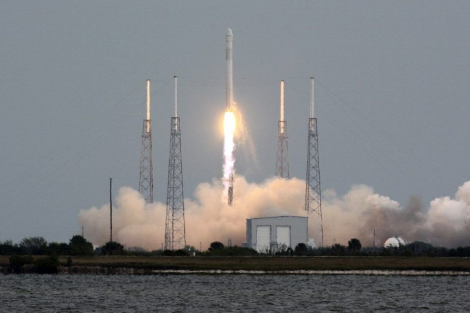 La fusée Falcon 9 transportant Dragon s'est arrachée de son... (Photo AP)